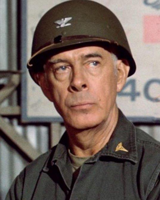 Harry Morgan: Coby plukovník Sherman Potter nastoupil do již rozjetého seriálů v 75. díle. Nahradil velícího důstojníka Henryho Blakea, který je v 72. díle při návratu domů sestřelen nad Japonským mořem.