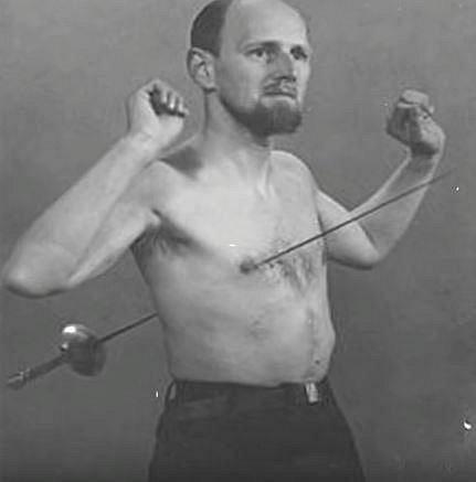 Mirin Dajo - Tento Holanďan se narodil jako Arnold Gerrit Henskes v roce 1912. Proslavil se tím, že si mohl tělo propíchnout různými kovovými předměty, bez toho aniž by se jakkoliv zranil.