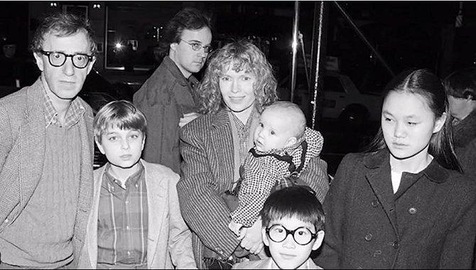 Woody Allen s partnerkou Miou Farrow, syny Ronanem a Dylanem a budoucí partnerkou - adoptovanou dcerou Mii - Soon-Yi