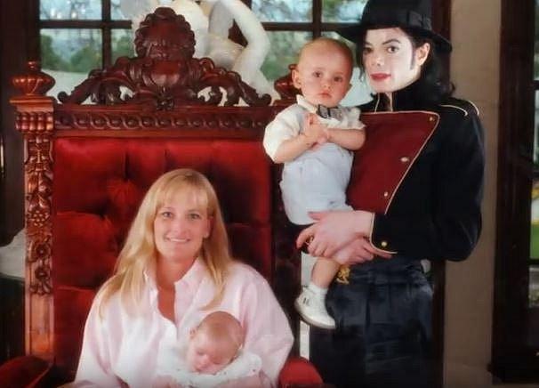 Debbie ze života dětí po čase zmizela. Nikdo nikdy neuvěřil, že s Michaelem kdy tvořili klasický pár.