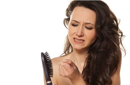 Začaly vám padat vlasy? Nepodceňte to a včas zahajte léčbu!