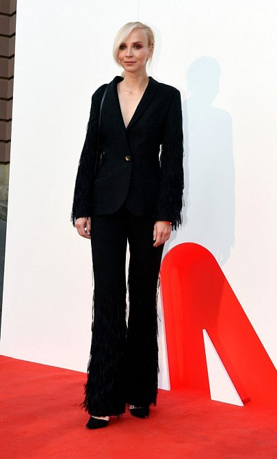 Jana Plodková si libuje v extravaganci a tak není divu, že její kalhotový kostým zdobí třásně. Ale Jana je přesně typ na takový model, vynesla ho s elegancí sobě vlastní.