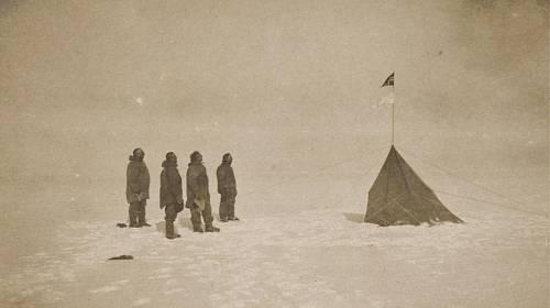 <p>Norská expedice dobyla jižní pól 14. prosince 1911. Její členové se s pohnutím dívají na vlajku r