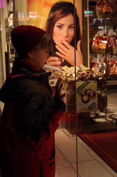 Vlastík hledící do výlohy obchodu s čokoládou