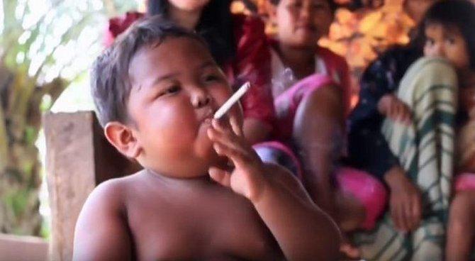 S oblibou si zapaloval jednu cigaretu od druhé.