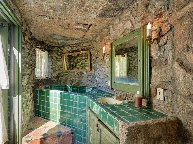 Tato koupelna působí hodně zvláštně, že?