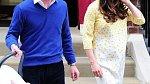 Kate s Williamem při odchodu z porodnice s druhorozenou dcerou Charlotte.