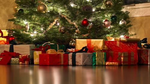Svátky klidu a míru. Kolik Vánoce stojí a jaké dárky pod stromečkem nacházíme nejčastěji?
