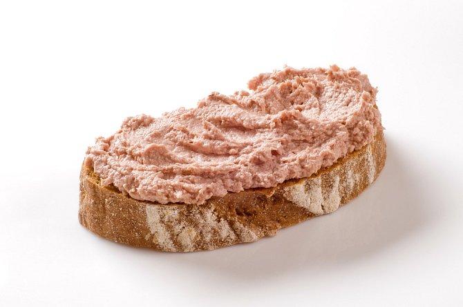 Chleba s játrovou paštikou, oblíbená svačina výletníků