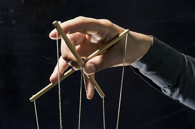 S druhými obratně manipuluje a skrytě je ovládá.