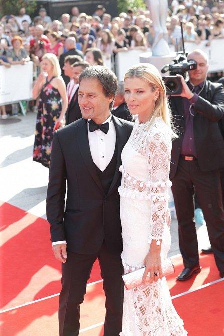 Daniela Peštová a Pavol Habera na zahájení 53. karlovarského festivalu.