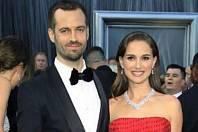 Natalie Portman - Herečka poznala svého manžela Benjamina Millepieda během natáčení svého oscarového snímku Černá labuť. Benjamin na snímku pracoval coby choreograf.