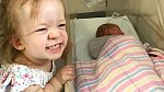 Tilba se svou sestrou Tully na návštěvě v porodnici. Tully zdědila stejnou formu dwarfismu, jako má její otec.