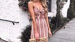 Šaty ze lnu jsou tou nejlepší volbou. Kabelky z přírodních materiálů jsou také hitem.