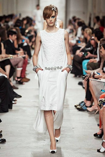 Bílé šaty by vám neměly letos chybět, ať společenské nebo volnočasové.