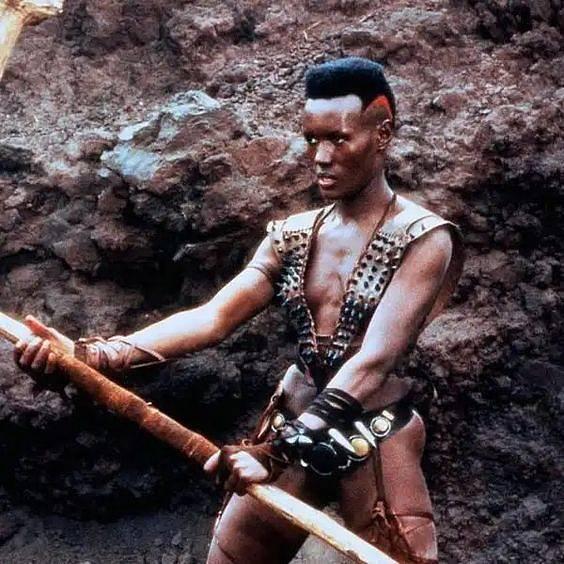 Grace Jones ve filmu Ničitel Conan po boku Arnolda Schwarzeneggera.