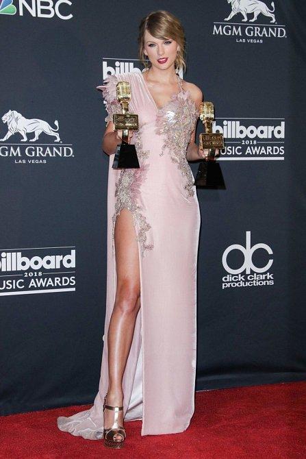 Zpěvačka Taylor Swift zvolila na na Billboard Awards šaty s odvážným rozparkem, které odhalily, že dost nabrala a její postavu už není samý sval.