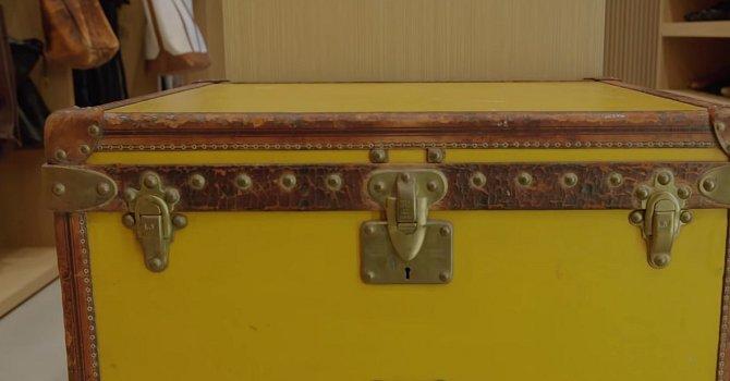 V šatně můžete najít tuto oldschoolovou bednu, což je originál z dílny Louise Vuittona, ještě z doby, kdy logo nemělo ono pověstné LV ani kostičkovaný vzorek. Michael tuto bednu miluje.