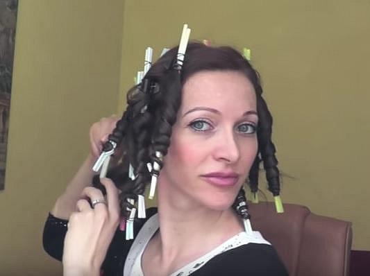 Vlasy nechte natočené asi dvě hodiny, dokud nebudou suché.