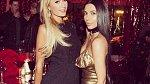 Paris Hilton se dala opět dohromady s klanem Kardashianek, se kterými si léta nemohla přijít na jméno. Letos je ale vše jinak a dámy si spolu užily už i vánoční večírek a s největší pravděpodobností spolu přivítají také rok 2017.