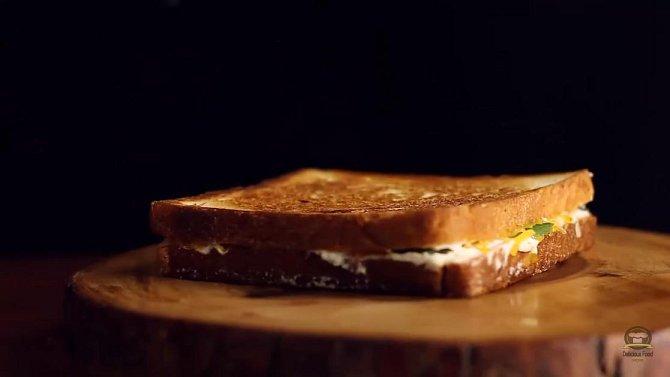 Sendvič 8 - Toust s jalapeno papričkami. Co budete potřebovat: toustový chleba, jalapeno papričky, krémový sýr (např. Lučina), jarní cibulka, sušený česnekový prášek, cheddar, tvrdý sýr dle chuti, máslo, sůl a pepř