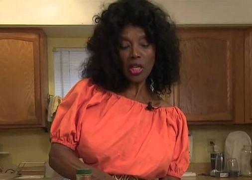 Annette Larkins - 70 let, tato dáma přičítá svůj mladistvý vzhled tomu, že se většinu života stravuje vegansky a navíc preferuje raw úpravu pokrmů.
