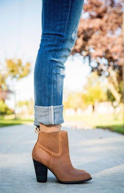 Pokud máte boty kotníčkové, džíny se nosí ohrnuté pár centimetrů nad lemem bot.