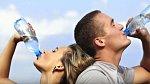 Odborníci nám sice doporučují pít pravidelně vodu, ovšem na druhou stranu je nutné uvést, že v Americe v tomto roce zemřelo už 16 lidí na selhání ledvin v důsledku přehnaného pití vody.
