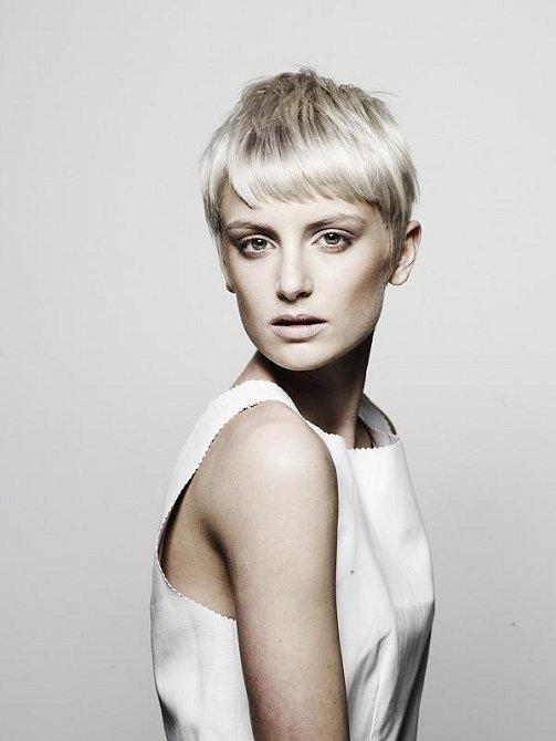 Účesy se šikmými liniemi přiléhajícími k hlavě a dodávajícími uhlazený vzhled. Čisté přírodní barvy, jako ledová blond a uhlová černá, činí z jednobarevného stylu okouzlující záležitost.