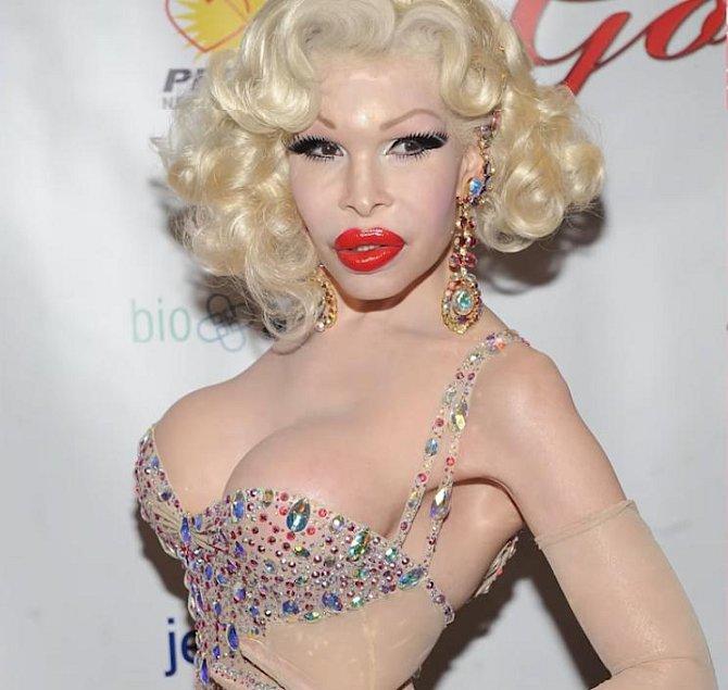 Objevila se v reklamě mnoha společností, včetně M.A.C. Cosmetics, džíny Mego, Swatch a Heatherette.