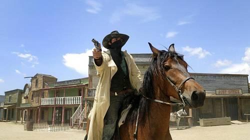 """<p>""""Ruce vzhůru, cizinci,"""" míří na turisty desperát ve filmovém městečku Fort Bravo </p>"""