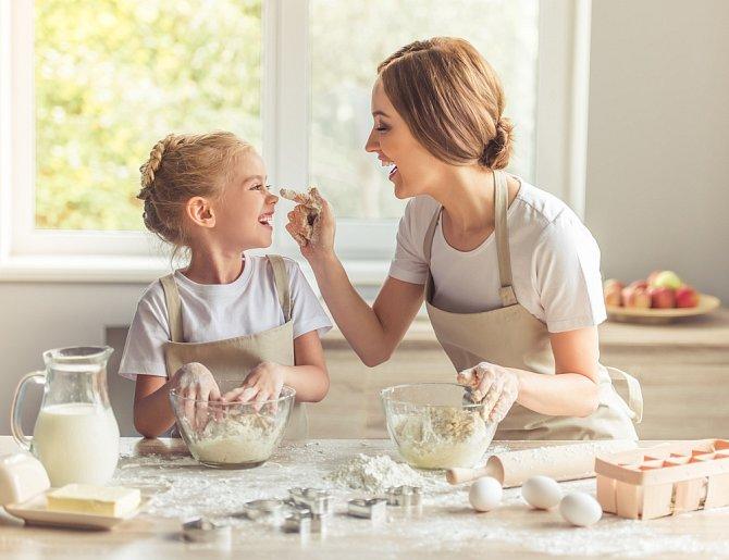 Matka s dcerou v kuchyni