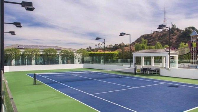 Gwen má doma i soukromý tenisový kurt.