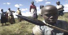 V tomto africkém kmenu se dodržuje tradice, kdy jsou mladí vysláni do divočiny. Jsou při tom pronásledováni staršími členy kmene, kteří je straší zvuky.