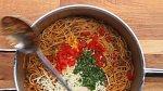 Pak odstavte z plamene, přidejte sýry, rajčátko nakrájené na kousky a nasekané lístky koriandru. Vše dobře promíchejte.