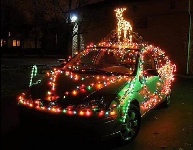 Proč si nedat na auto soba a celé ho neozdobit světýlky?