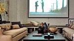 V bytě Meg najdete jeden obývací pokoj, kde je velká televize a pohodlné gauče.