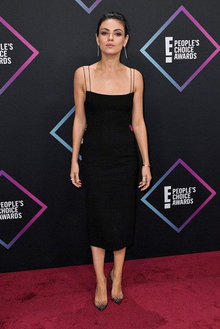Mila Kunis budila pozornost hlavně tím, jak velice nenápadně se oblékla. Malé černé šaty v délce pod kolena. Jak neobvyklé.