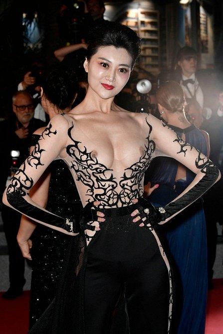 Tato dáma pozvaná na premiéru filmu Leto na sebe strhla veškerou pozornost díky odvážným šatům. Není to už přece jen moc?