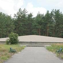 Památník v Sobiboru postavený z písku a popele obětí