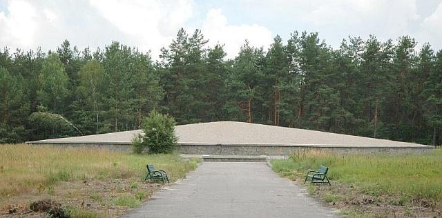 Památník vSobiboru postavený zpísku a popele obětí
