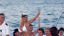 Ano, toto jsou svatební šaty. Pamela Anderson se v roce 2006 vdávala v bikinách!