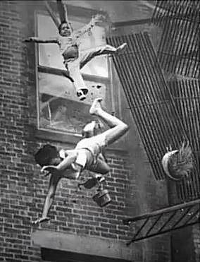 Rodina musela během požáru vyskočit z okna. Boston, 1976