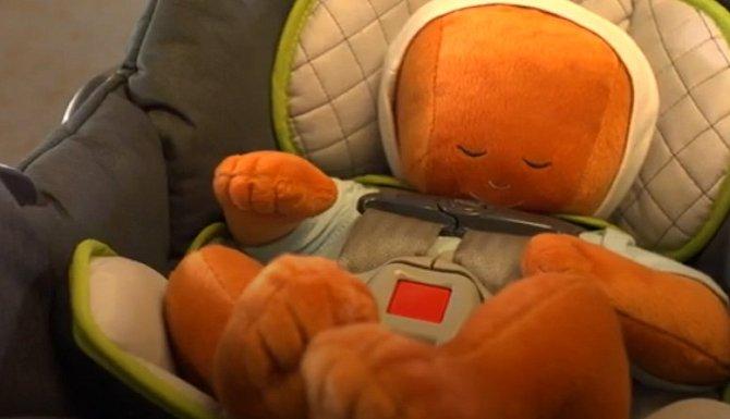 Dítě je v autosedačce nepřirozeně skrčené.