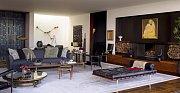 Obýváku vévodí dva velké gauče.