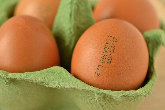 Čtěte etikety a označení přímo na vejcích.