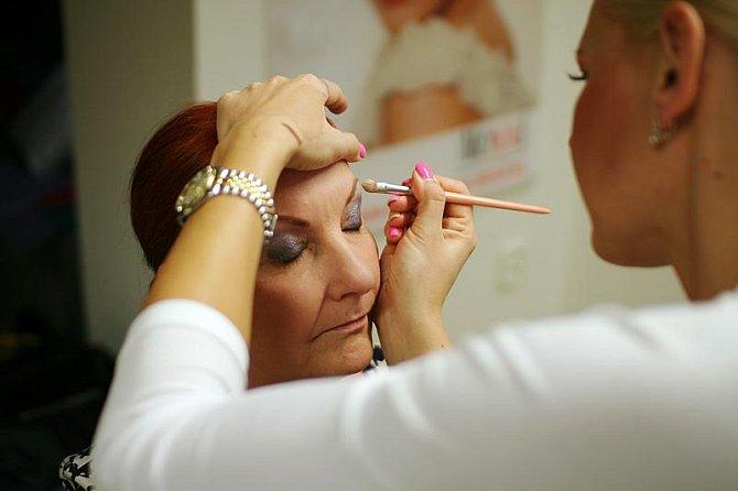 Jarmila pracuje na zvýraznění očí