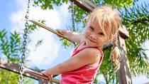 Verunka je ráda venku za každého počasí. Chodí do lesní školky a sbírá brouky. Jednou by chtěla být entomoložkou.