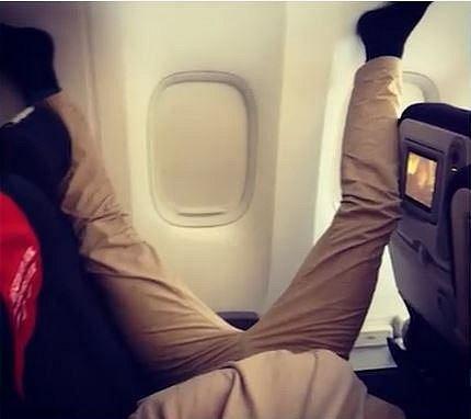 2. Lidi dokážou v letadle usnout v nejrůznějších polohách.