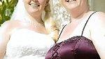 Gemma na svatbě své o tři roky starší sestry.